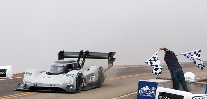 Volkswagen schreibt mit Elektro-Rennwagen I.D. R Pikes Peak Geschichte